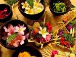 10964826-balinese-hindu-ofrendas-con-flores